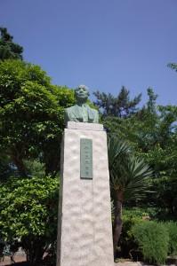 創立者小林一三の銅像。随所でヅカファンの煩悶を見守っておられます。