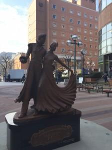 宝塚駅前に最近設置された銅像があなたをお待ちしています